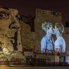 Ανάμεσα από άλλα γκράφιτι, ένα φιλί αγάπης από την Adeline και τον Christophe