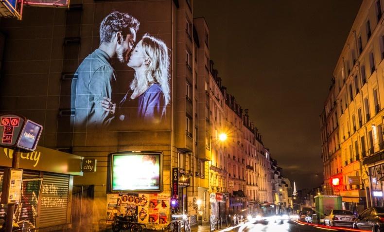 Chloe και Νicolas σε ένα φιλί στις λεωφόρους της πόλης του έρωτα