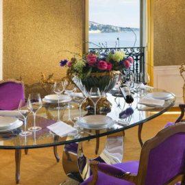 Η τραπεζαρία από μία από τις σουίτες του ξενοδοχείου, φυσικά με θέα στη θάλασσα
