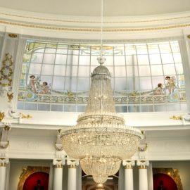 Δεν υπάρχει άλλο πολυτελές ξενοδοχείο στη Γαλλία που να διαθέτει τόσους καλλιτεχνικούς θησαυρούς. Αυθεντικά έπιπλα και πολυέλαιοι στολίζουν με χάρη και εκλεκτισμό τους χώρους του