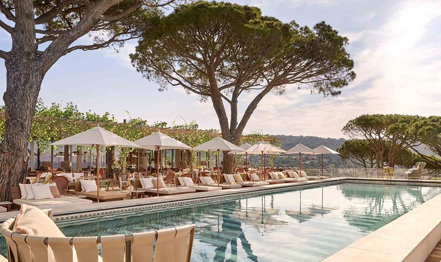 Ένας τόπος απόλυτης πολυτέλειας και χαλάρωσης που προσκαλεί να ζεσταθούμε από τις ακτίνες του ήλιου στις αναπαυτικές σεζ λονγκ και να δροσιστούμε απολαμβάνοντας την πισίνα