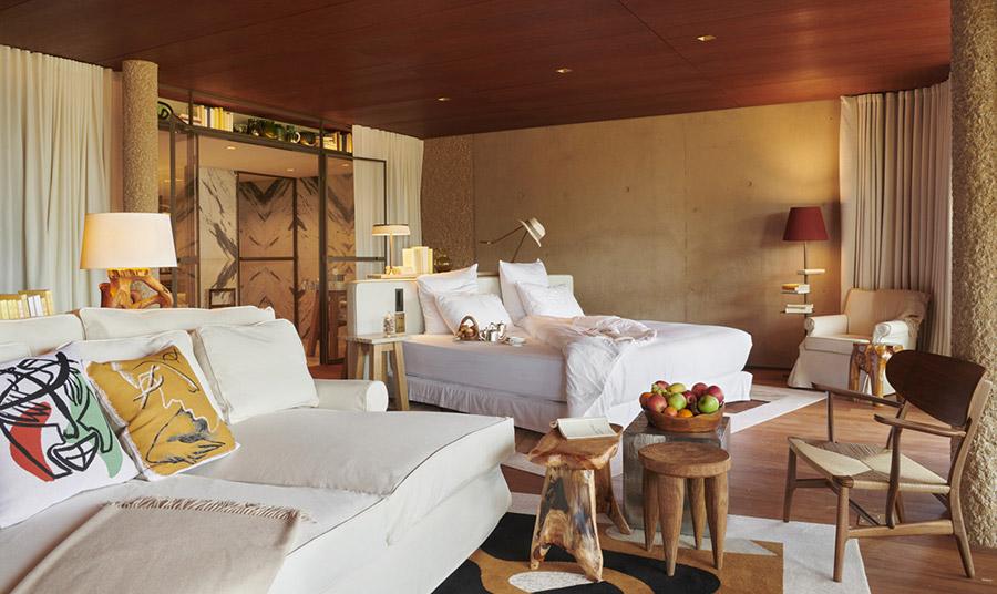 Τα πλούσια και άνετα δωμάτια ξεχειλίζουν από αίσθηση ηρεμίας και χαλάρωσης και η κυριαρχία των φυσικών υλικών και των ήπιων χρωμάτων συμβάλλουν σε αυτό