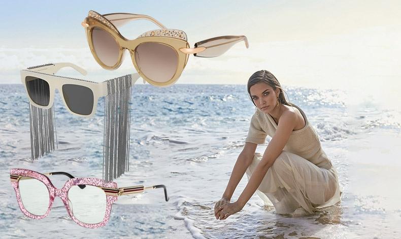 Τα γυαλιά με στολισμένους σκελετούς εκφράζουν τη θηλυκότητα ή την τολμηρή? προσωπικότητά μας! Γυαλιά σε χρυσαφί τόνους με λεπτομέρειες από στρας, Pomellato // Λευκά γυαλιά με ασημένια αλυσίδα falabella, Stella McCartney // «Παιχνίδια» με ροζ γκλίτερ και διάφανους φακούς, Gucci