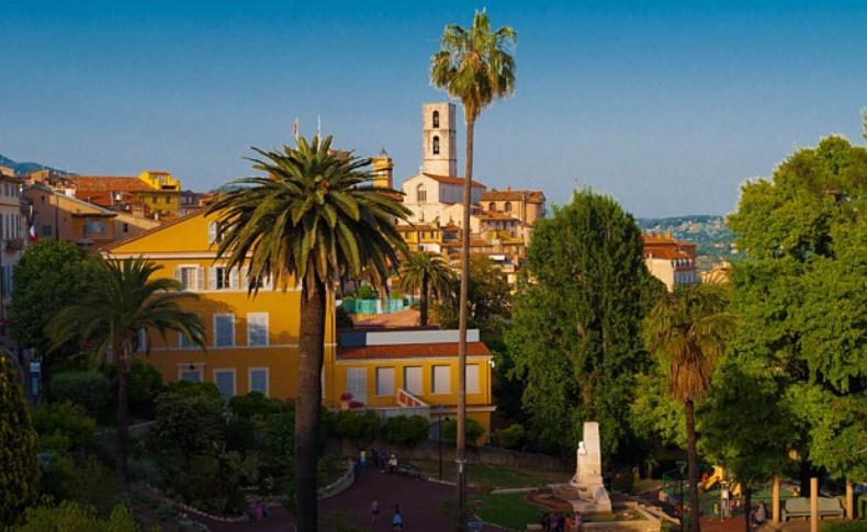 Μία μικρή, χαριτωμένη πόλη της γαλλικής Προβηγκίας σκαρφαλωμένη στους λόφους της Ριβιέρας