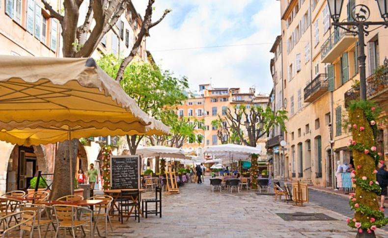 Στα πανέμορφα πλακόστρωτα και τις πλατείες της Γκρας είναι διάσπαρτα με υπέροχα καφέ και κομψά εστιατόρια