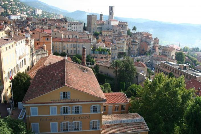 Η Γκρας από ψηλά με τα όμορφα σπίτια και κτίρια της που παίρνουν χρυσαφί χρώμα στο φως του ήλιου