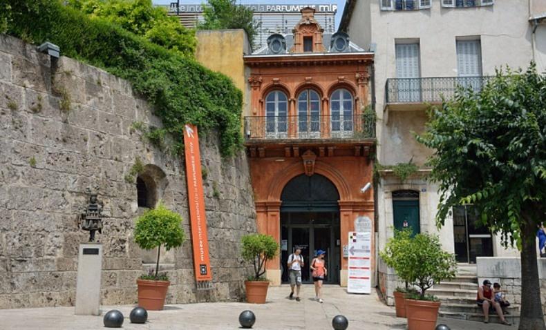 Το Μουσείο Ιστορίας και Τέχνης της Προβηγκίας, στεγάζεται σε ένα πανέμορφο κτίριο και περιβάλλεται από κήπους