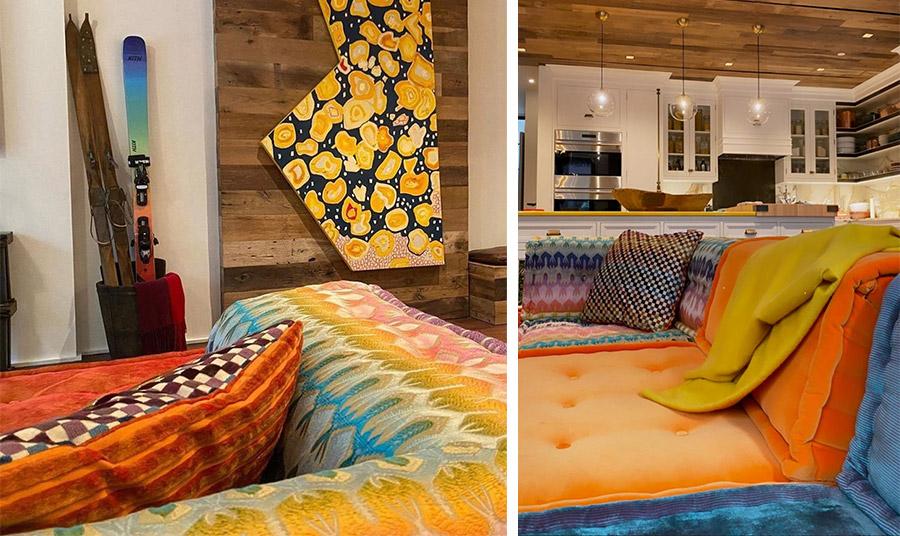 Έντονα και τολμηρά χρώματα στο καθιστικό με ιδιαίτερα διακοσμητικά στοιχεία, όπως τα πέδιλα σκι