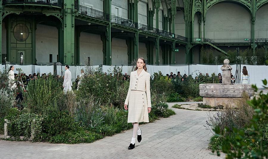 H έμπνευση για την καλλιτεχνική διευθύντρια της Chanel, Virginie Viard ήρθε από τα παιδικά χρόνια της Coco Chanel όταν ορφανή έζησε δύσκολα χρόνια σε ορφανοτροφείο, αναπαριστώντας του κήπους του