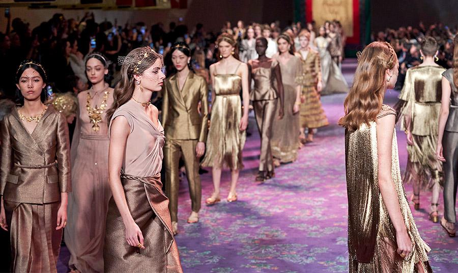 Ο οίκος Dior στράφηκε στο αρχαιοελληνικό δωρικό ύφος σε σκούρες χρυσές και μπρονζέ αποχρώσεις
