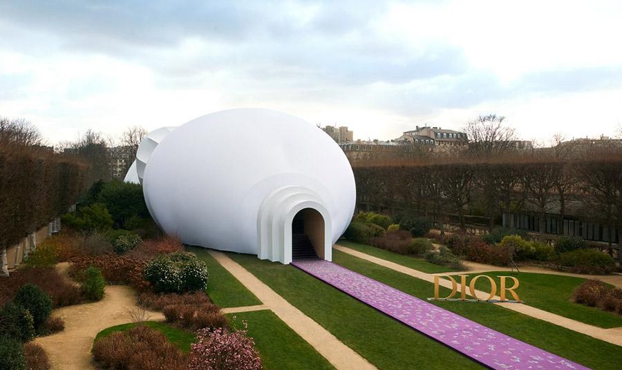 Η Αμερικανίδα εικαστικός και εκπρόσωπος του φεμινιστικού κινήματος της δεύτερης γενιάς, Τζούντι Σικάγο, σχεδίασε το κτίριο για την επίδειξη μόδας στους κήπους του Μουσείου Ροντέν σε συνεργασία με την καλλιτεχνική διευθύντρια του οίκου Μαρία Γκράτσια Κιούρι