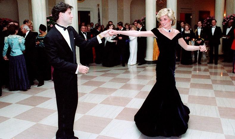 Η πριγκίπισσα Νταϊάνα με τον Τζον Τραβόλτα στον Λευκό Οίκο, φορώντας σκούρα μπλε βελούδινη τουαλέτα Victor Edelstein