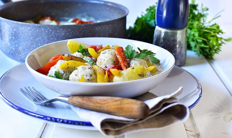 Γιουβαρλάκια κοτόπουλου αβγολέμονο με πιπεριές και baby πατάτες
