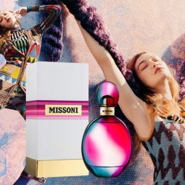 Για το Missoni Eau De Parfum, η Angela Missoni εμπνεύστηκε από την τέχνη του βενετσιάνικου εμφυσημένου γυαλιού για να δημιουργήσει ένα μοναδικό μπουκάλι σε γυαλί σε μοβ, φούξια και πράσινο. Ένα ντελικάτο σχέδιο που είναι σύγχρονο και διαχρονικό, ακριβώς όπως και το στιλ του οίκου Missoni.