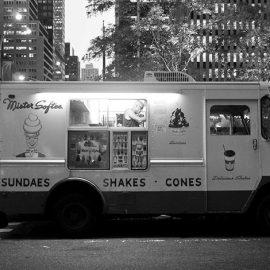 Τα φορτηγάκια του Mr Softee βρίσκονται παντού στην πόλη. Για υπέροχα, ?αληθινά? παγωτά μηχανής