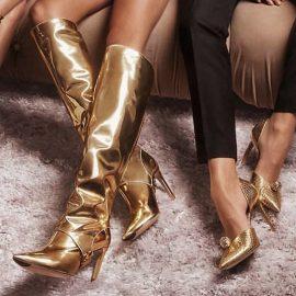 Τα λαμπερά χρυσά παπούτσια είναι πολύ της μόδας!