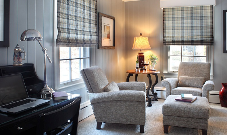 Η δουλειά από το σπίτι προϋποθέτει την ύπαρξη ενός χώρου που να παραπέμπει σε γραφείο, όπως ένα όμορφο σεκρετέρ που ταιριάζει με την αισθητική του σαλονιού της φωτογραφίας