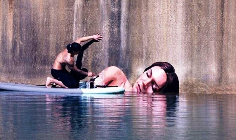 Ο καλλιτέχνης έπρεπε να ισορροπεί σε ένα βαρκάκι για ώρες μέχρι να ζωγραφίσει τα τεράστιας κλίμακας έργα του