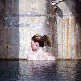 Μία ακόμη από τις όμορφες γυναίκες που μοιάζει να αναδύεται από το νερό