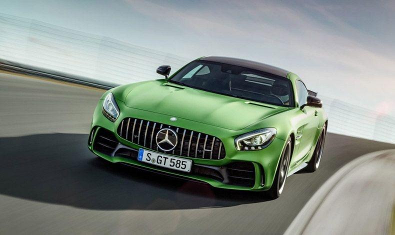 Πέρα όμως από τον κόσμο της μόδας και της ομορφιάς, ιδιαίτερη αίσθηση προκάλεσε και το καινούριο μοντέλο της Mercedes AMG GT-R, το οποίο παρουσιάστηκε τον περασμένο Οκτώβριο στο Motor Show στο Παρίσι