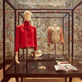Μία από τις προθήκες με τα μοναδικά κομμάτια του οίκου Gucci