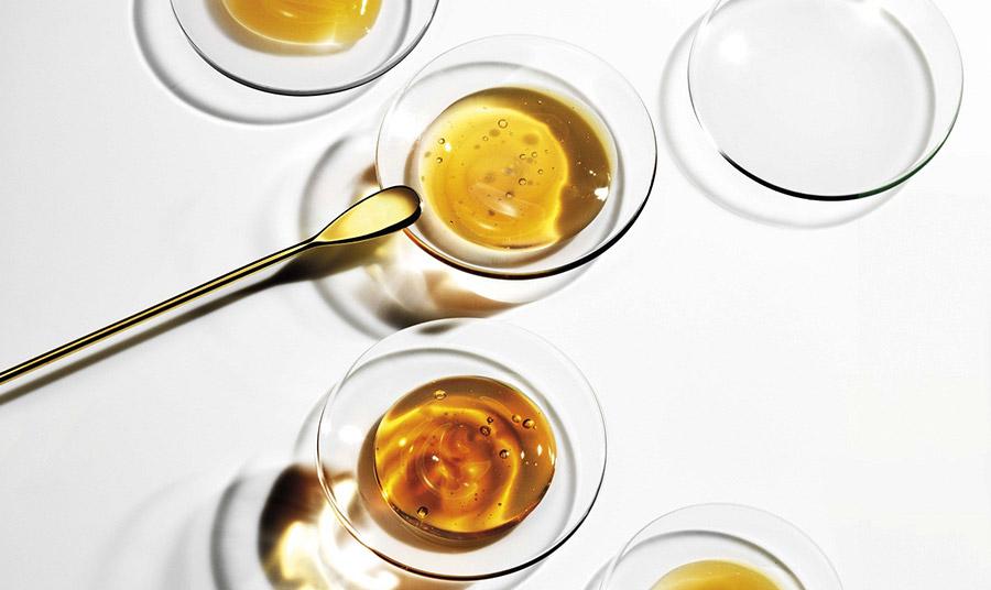 Η μοναδική γλυκαντική ουσία που προσφέρεται απλόχερα από τη φύση και διαθέτει υψηλή ενεργειακή και θρεπτική αξία, το μέλι, στις υπηρεσίες της σύγχρονης κοσμητολογίας κάνει θαύματα!