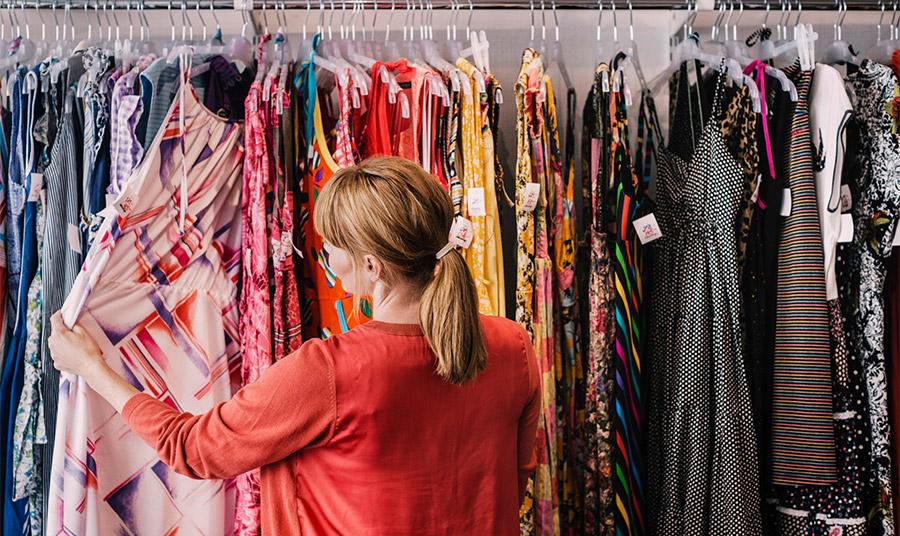 Η μαζική μόδα «υπαγορεύει» τα γυναικεία ρούχα να είναι πιο λεπτά σε σύγκριση με τα ανδρικά