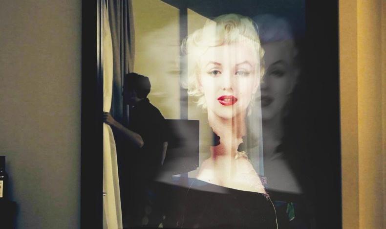 Σύμφωνα με πληροφορίες η οπτασία της Μέριλιν αντανακλάται στον ολόσωμο καθρέφτη στη σουίτα της πισίνας?