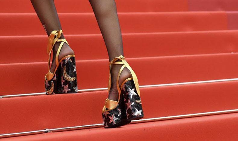 Προτιμήστε χοντρά τακούνια ή πλατφόρμες που έχουν πιο μεγάλη βάση, επιτρέποντας στην πίεση να κατανέμεται πιο ομαλά στα πόδια