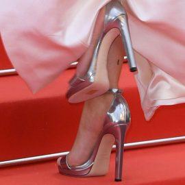 Προσπαθήστε να μετατοπίσετε το βάρος σας προς την εξωτερική πλευρά του παπουτσιού. Έτσι θα ανακουφίσετε λίγη από την πίεση που ασκείται στην καμάρα του ποδιού