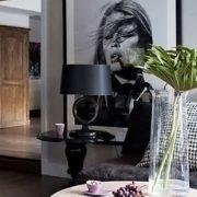 Επιλέξτε μία πολύ καλλιτεχνική φωτογραφία του δικού σας αγαπημένου ηθοποιού και δώστε σε ένα κατά τα λοιπά, ουδέτερο ή άχρωμο δωμάτιο μια εντυπωσιακή εμφάνιση