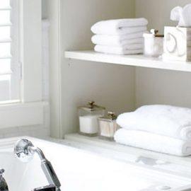Λευκό μπάνιο με λευκές πετσέτες για μία αίσθηση spa… στο σπίτι σας