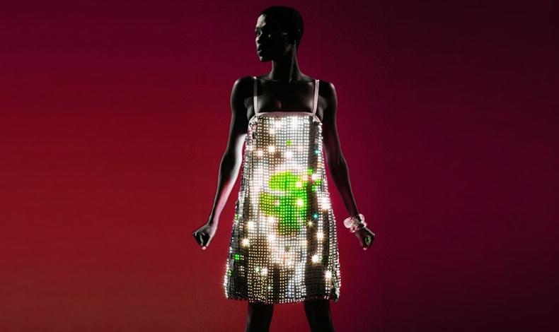 """Ένα από τα περίφημα φορέματα """"Video"""", αποτελούμενο από 15.000 led"""
