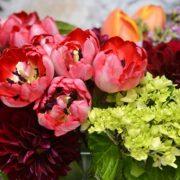 Ένα υπέροχο μπουκέτο λουλούδια σκορπά χρώμα και δημιουργεί καλή διάθεση για σας και τους καλεσμένους σας