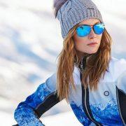 Οι ακτίνες UV έχουν εντονότερη δράση στα μεγάλα υψόμετρα και οπωσδήποτε, γίνονται πολύ πιο επικίνδυνες με την αντανάκλαση του χιονιού! Για να τα προστατεύσουμε, δεν κάνουμε ούτε βήμα χωρίς τα γυαλιά ηλίου ή τις ειδικές μάσκες