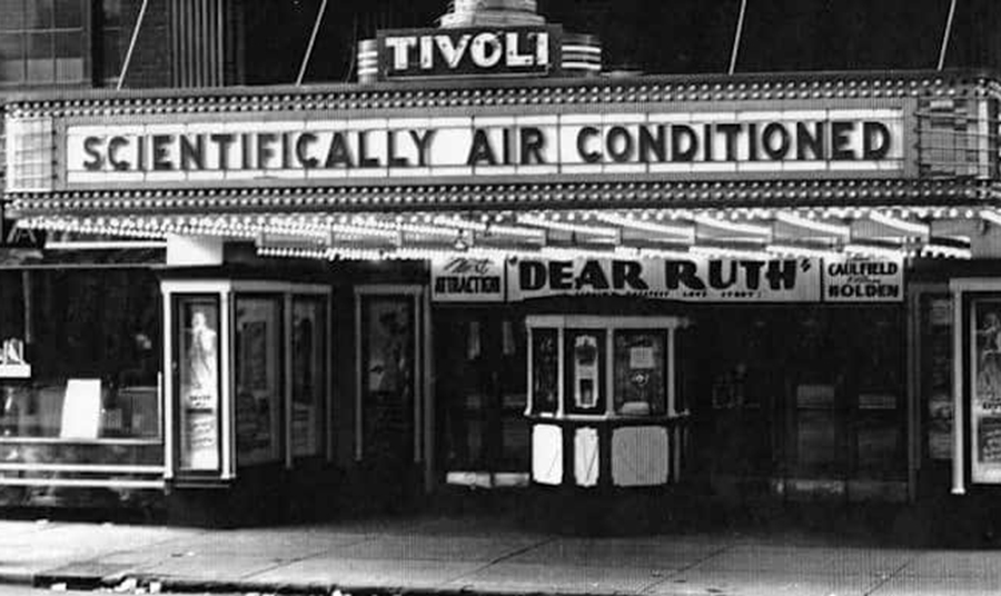 Ακριβώς κατά τη διάρκεια του Μεγάλου Κραχ οι άνθρωποι συνέρρεαν στις κλιματιζόμενες κινηματογραφικές αίθουσες για να δροσιστούν μετά… θεάματος. Τα μεγάλα στούντιο λοιπόν, αποφάσισαν να κάνουν τις πρεμιέρες των μεγάλων ταινιών τους, όχι πλέον τον χειμώνα αλλά το καλοκαίρι!