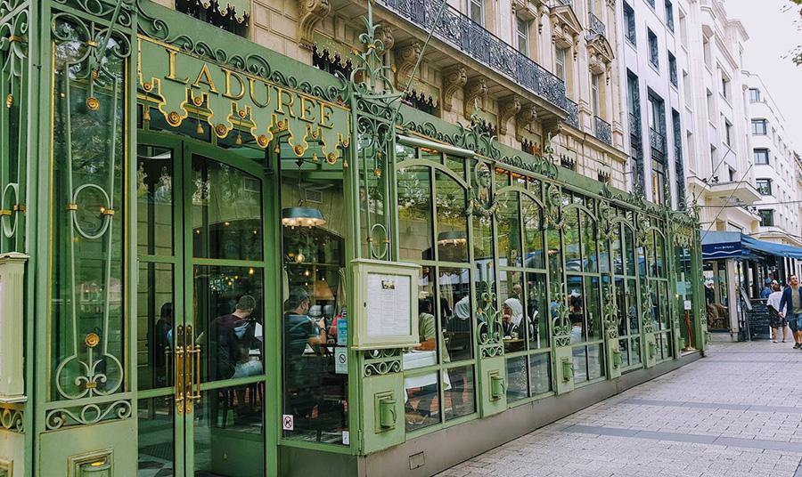 Το υπέροχο ζαχαροπλαστείο Ladurée στη Champs Elyseés στο Παρίσι