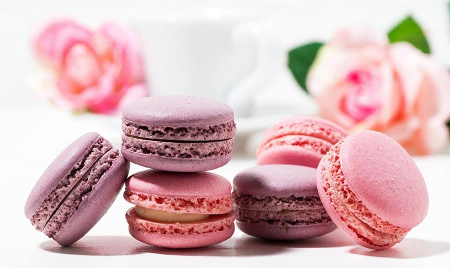 Τα μακαρόν είναι κομψά μικρά γλυκάκια σαν σάντουιτς που παρασκευάζονται με μαρέγκα, σκόνη σαν αλεύρι από αμύγδαλο και βουτυρόγαλα