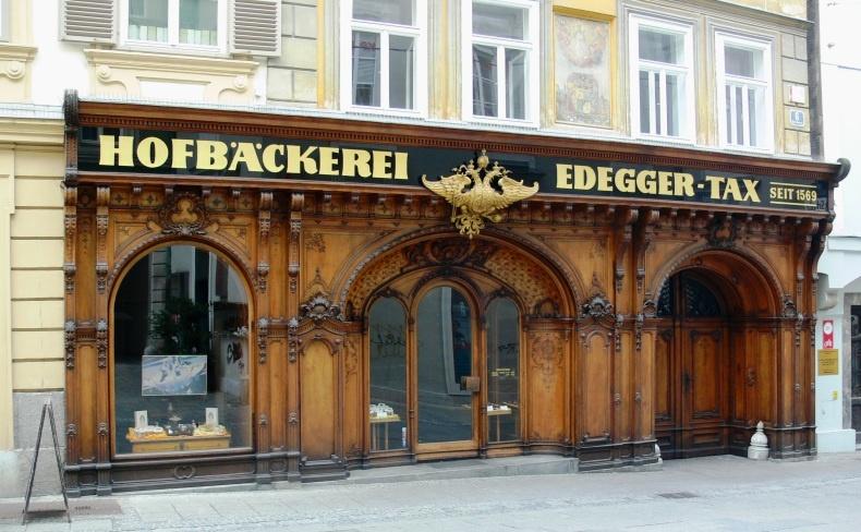 Η υπέροχη ξυλόγλυπτη πρόσοψη με το οικόσημο της Αυστροουγγρικής αυτοκρατορίας στο Hofbäckerei Edegger-Tax, στο Γκρατς της Αυστρίας