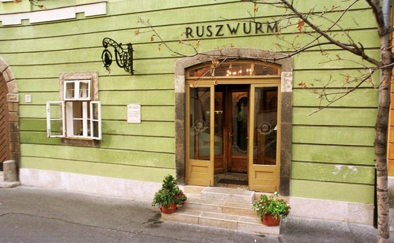 Κοντά στο κάστρο της Βούδα, το Ruszwurm Cukraszda χρονολογείται από το 1827 και επέζησε από πολιορκίες, μία επανάσταση και τον Β' Παγκόσμιο Πόλεμο