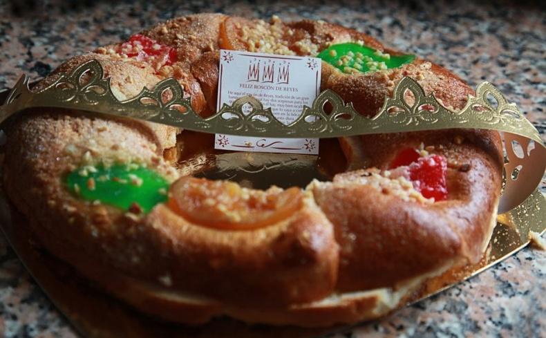 Το τσουρέκι με ζαχαρωμένα φρούτα είναι ένα από τα παραδοσιακά γλυκά του πιο παλιού ζαχαροπλαστείου της Μαδρίτης, του Antigua Pasteleria del Pozo