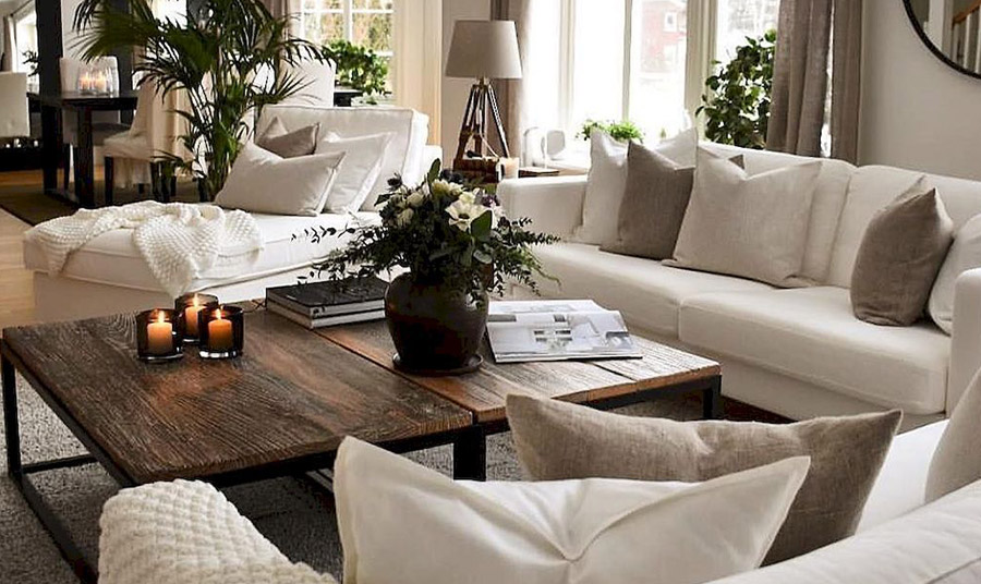 Η απόχρωση του ελεφαντόδοντου στους τοίχους, τις κουρτίνες και τα χαλιά κάνουν τον χώρο να φαίνεται πιο μεγάλος και πιο πολυτελής. Αν συνδυάσετε με ξύλο και γήινες αποχρώσεις έχετε ένα αρμονικό αποτέλεσμα