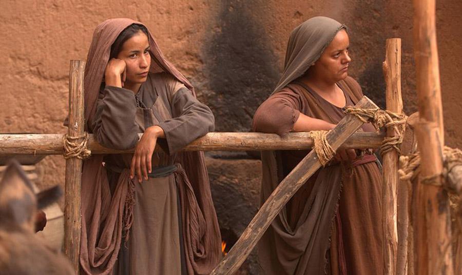 Στην Αρχαία Ρώμη, τα καφέ ρούχα συνδέονταν με τις χαμηλότερες τάξεις. Οι αστικοί φτωχοί άνθρωποι που ονομάζονταν πληβείοι, φορούσαν καφέ ρούχα