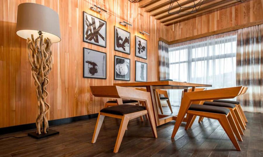 Το ξύλο και οι αποχρώσεις του δημιουργούν ένα σπίτι οικείο και με ζεστασιά