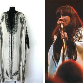 Η Grace Slick, τραγουδίστρια των Jefferson Airplane, φόρεσε το συγκεκριμένο καφτάνι (αριστερά ) κατά τη διάρκεια του Ποπ Φεστιβάλ του Monterey το 1967