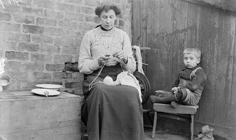 Όπως λέει η διάσημη Αμερικανίδα ιστορικός Στεφανί Κουντζ, οι μαμάδες το 1908 ασχολούνταν λιγότερο με τα παιδιά τους συγκριτικά με σήμερα (φωτό από το 1910)