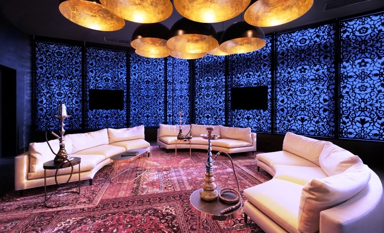 Η πολυτελής, ανατολίτικη ατμόσφαιρα του Shisha Lounge υπόσχεται να κρατήσει το ενδιαφέρον του επισκέπτη με μια μεγάλη ποικιλία καπνών για ναργιλέ!