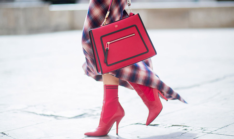 Mία καρό ασύμμετρη φούστα σε κόκκινο-μπλε παίρνει φωτιά… με κόκκινα αξεσουάρ!