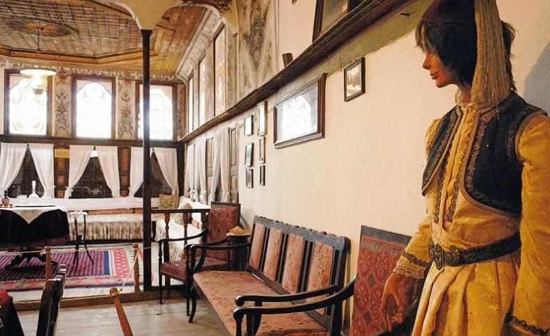 Το Λαογραφικό Μουσείο σας δίνει την εικόνα του πώς ακριβώς ήταν άλλοτε το καστοριανό αρχοντικό