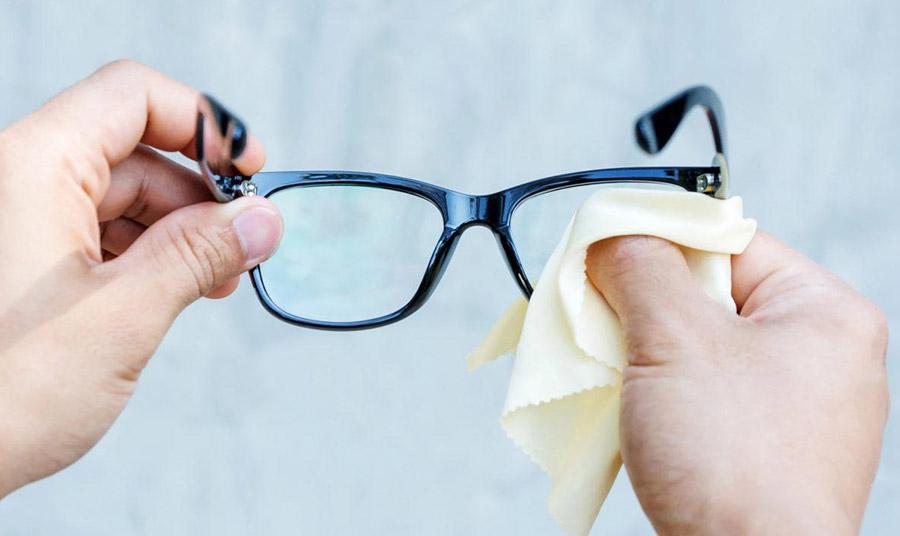 Καθαρίζετε πάντοτε τα γυαλιά σας με το πανάκι τους και κατά προτίμηση να είναι οι φακοί βρεγμένοι!